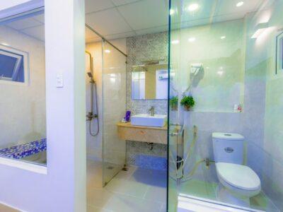 How Do Hotels Keep Glass Shower Doors Clean?